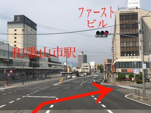 雄橋を渡ってすぐの信号を斜め右方向に進む