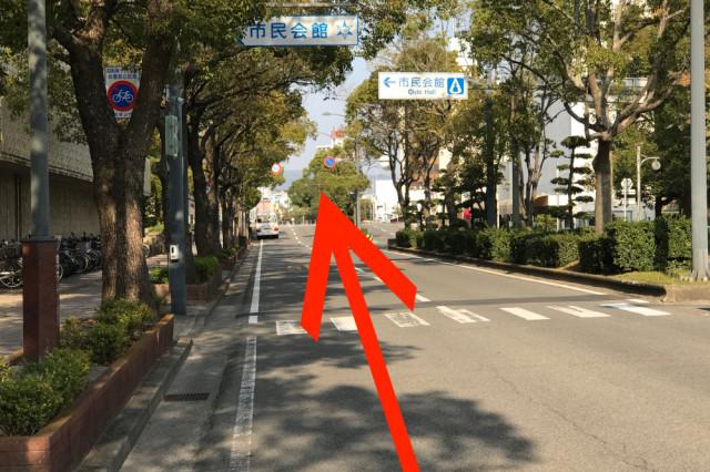 和歌山市民会館を超えて直進
