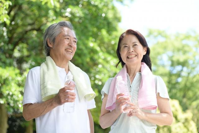 運動する高齢者夫婦の写真